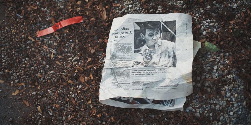 Zeitung auf dem Boden