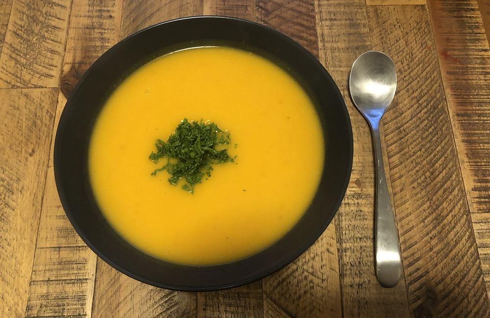 einfache Kuerbissuppe serviert