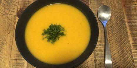 einfache Kuerbissuppe serviert Teaser2