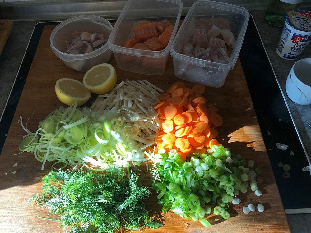 Gemüse zuschneiden und Fisch filetieren