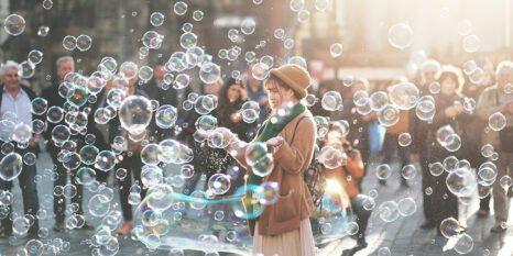 Mensch mit Seifenblasen